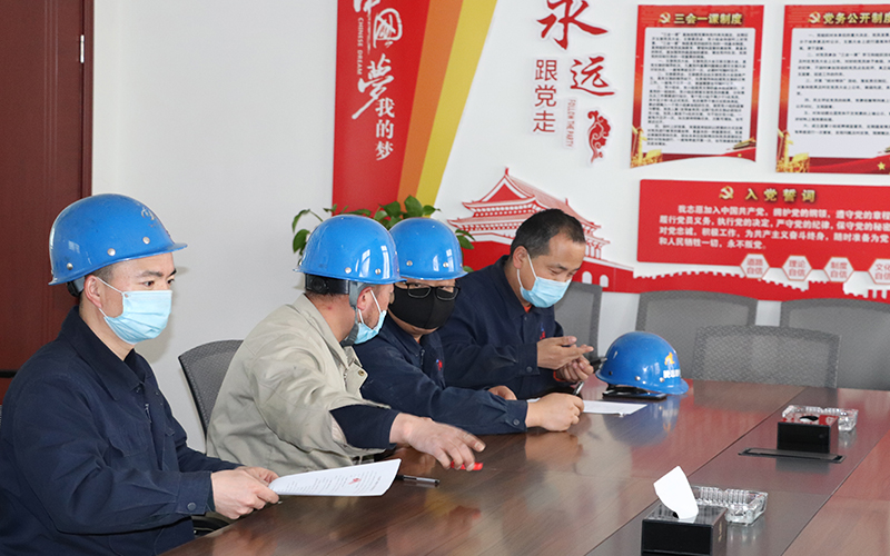 """4月17日,公司组织生产车间签订了第五批""""传帮带""""师徒对子目标考核责任书"""